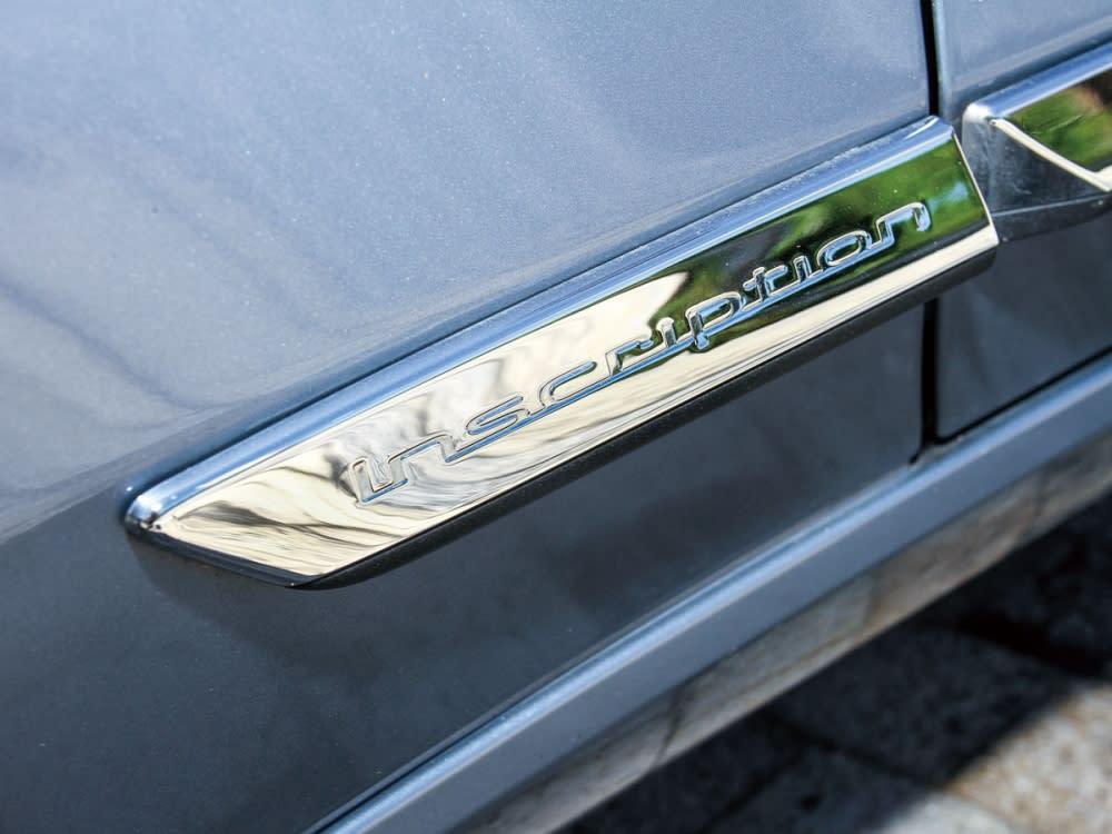 車側部位在側裙加裝了鍍鉻飾條,上頭還能看見刻有Inscription專屬字樣。