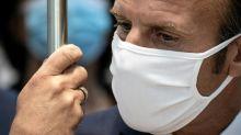 Macron kämpft bei Besuch in Schule mit seiner Maske