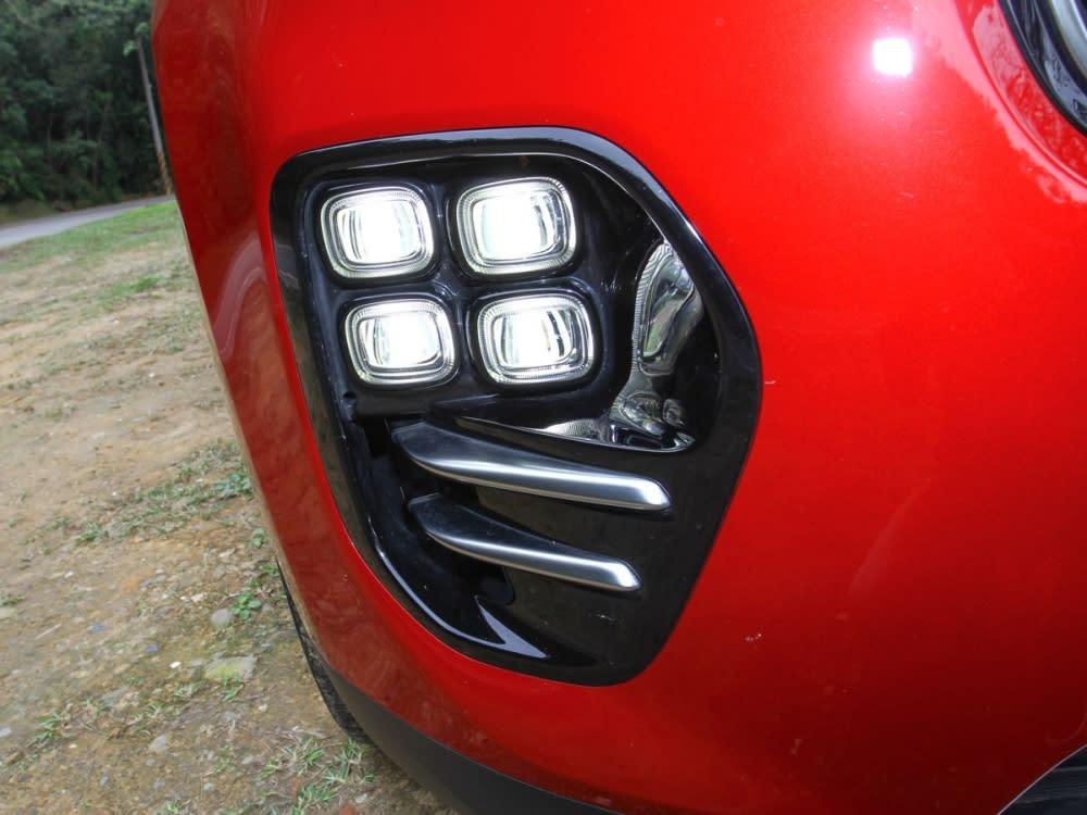 前保險桿整合矩陣式霧燈組,不僅搶眼也是GT Line車型專屬外觀配備。