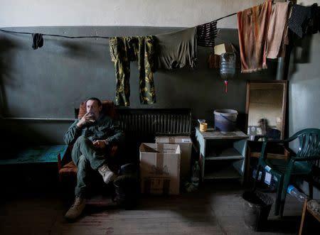 Ukrainian serviceman rests at a position on the front line near Avdeyevka, Ukraine, August 10, 2016. REUTERS/Gleb Garanich