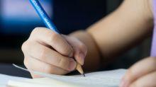 En tiempos de tablets y teléfonos inteligentes, un aditamento ayuda a los niños a sujetar el lápiz