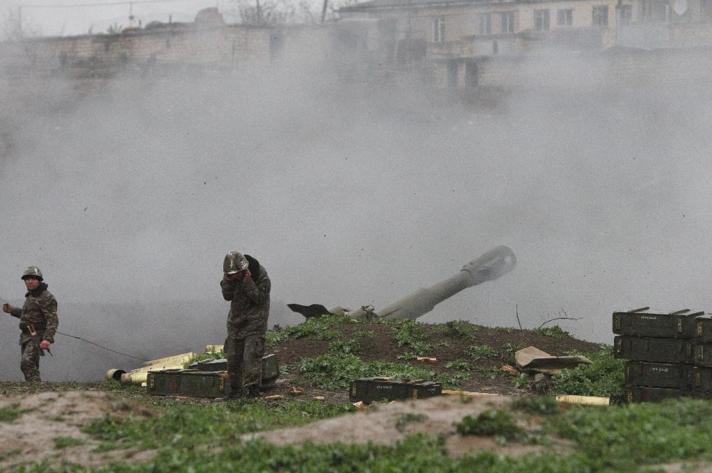Armenian servicemen of the self-defense army of Nagorny-Karabakh fire a shell towards Azeri forces from their positions in the town of Martakert in Armenian-seized Azerbaijani region of Nagorny Karabakh on April 3, 2016 (AFP Photo/Vahram Baghdasaryan)