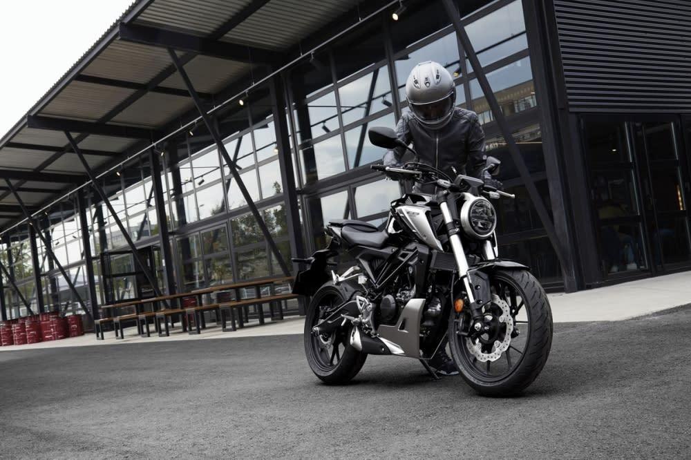 復古又科技感十足的圓燈,黑色主視覺的引擎主體與鋁合金原色的部品點綴車身。