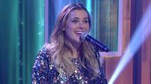 Carolina Dieckmann canta no 'Encontro' e público questiona talento da atriz