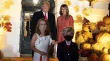Donald Trump y Melania celebran Halloween en la Casa Blanca con sus 'miniclones' (y sin mascarilla)