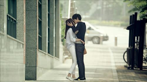 Jung Joon young kissing Lee Chung ah caught!