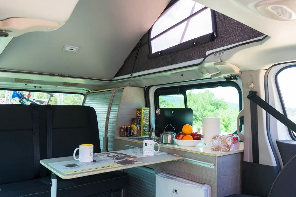 e-NV200 Camper內裝可見到沙發椅、功能櫃、收納式桌椅等基本傢俱一應俱全