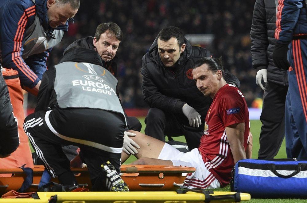 """Premier League: Zlatan Ibrahimovic opéré avec succès et """"emprisonné"""" à l'hôpital"""