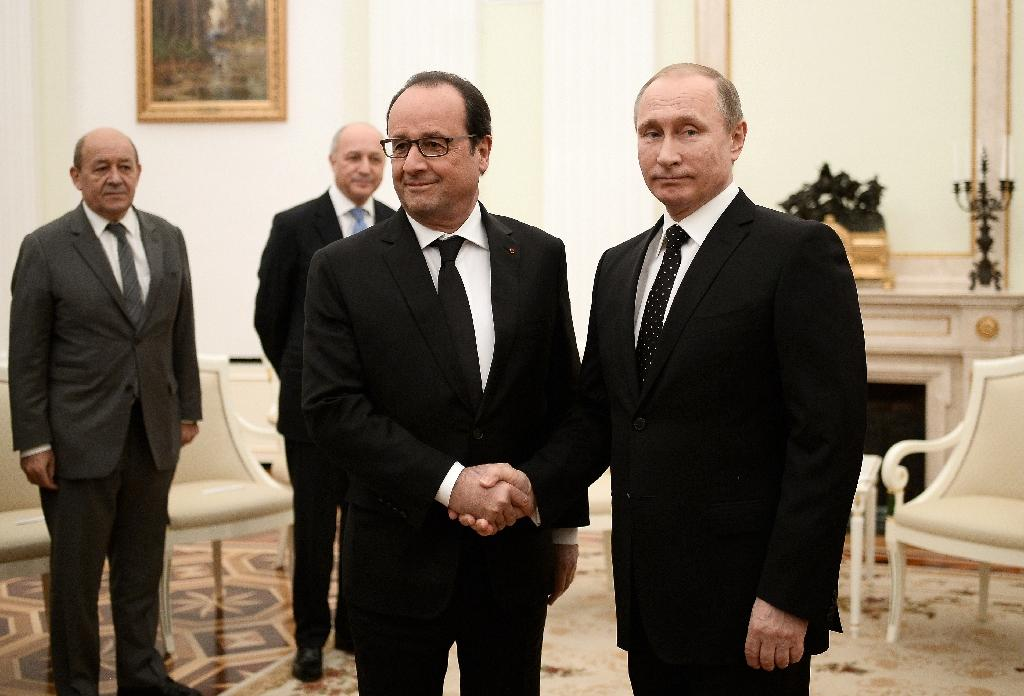 Russian President Vladimir Putin (R) welcomes French President Francois Hollande (L) on November 26, 2015 at the Kremlin in Moscow