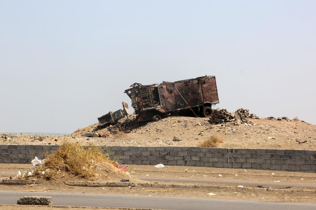 A destroyed vehicle in the Yemeni port city of Hodeidah on October 13, 2016 (AFP Photo/)