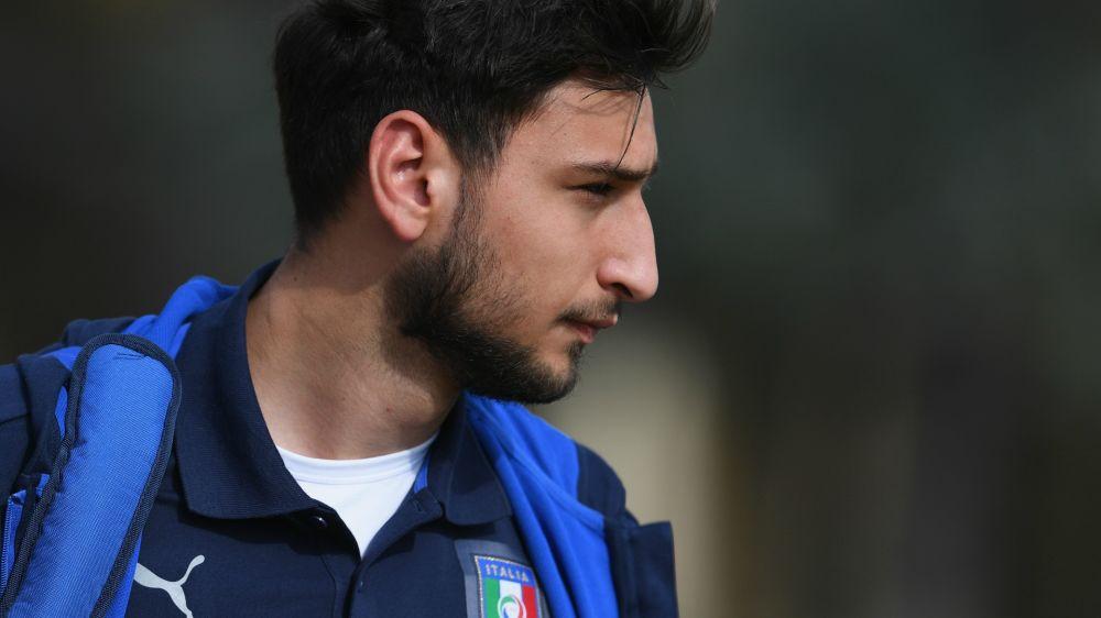 Juventus-Milan è dimenticata: Donnarumma firma un gagliardetto bianconero