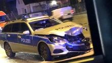 An Jenfelder Kreuzung: Polizeiwagen kracht mit Fiat zusammen