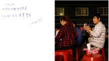 (FOTOS) El chico que escribe todo en un cuaderno porque ha perdido la capacidad de recordar