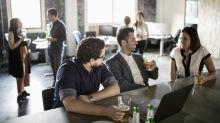 """""""Moeurs commerciales"""", """"technique de vente"""" : comment les entreprises gèrent-elles l'alcool au travail ?"""
