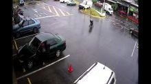 VIDÉO - Une poussette sans surveillance s'en va vers une rue bondée, énorme frayeur