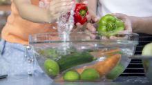 Frutas y verduras: conviene o no lavarlas con una cucharadita de lejía