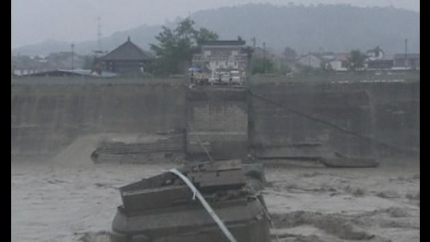 Bridge collapses, throwing cars into river in China
