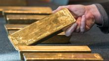 Spot gold falls below $1,250 on strong dollar and lack of immediate Brexit jitters