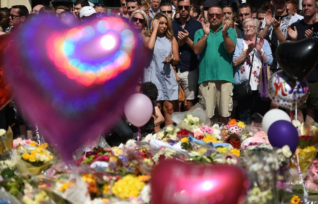 As the song ended, people broke into a round of applause (AFP Photo/Oli SCARFF )