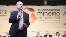Ciro se irrita com o tempo de fala e sai vaiado de congresso de prefeitos em Belo Horizonte