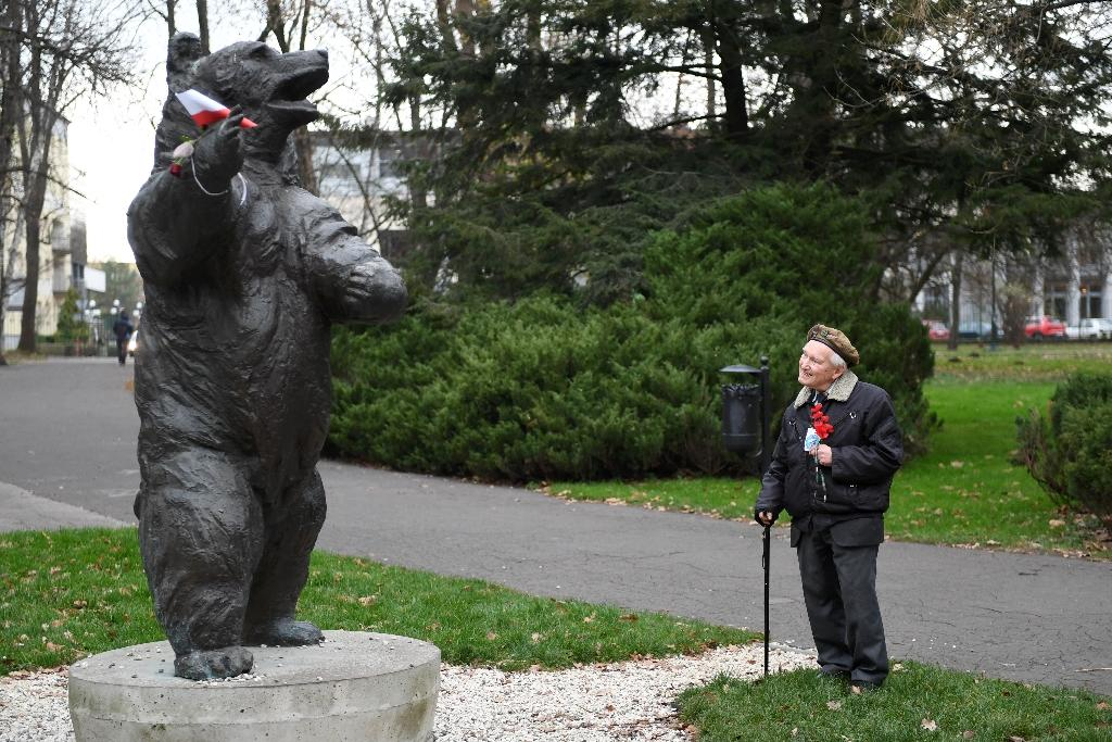 93-year-old former Polish soldier Wojciech Narebski with a monument to 'Corporal' Wojtek the bear, his wartime comrade in arms (AFP Photo/Janek SKARZYNSKI)