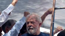 """Lula reafirma candidatura e diz a adversários que o derrotem """"no voto"""""""