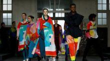 Issey Miyake leva caleidoscópio de cores a ginásio escolar na Semana de Moda de Paris