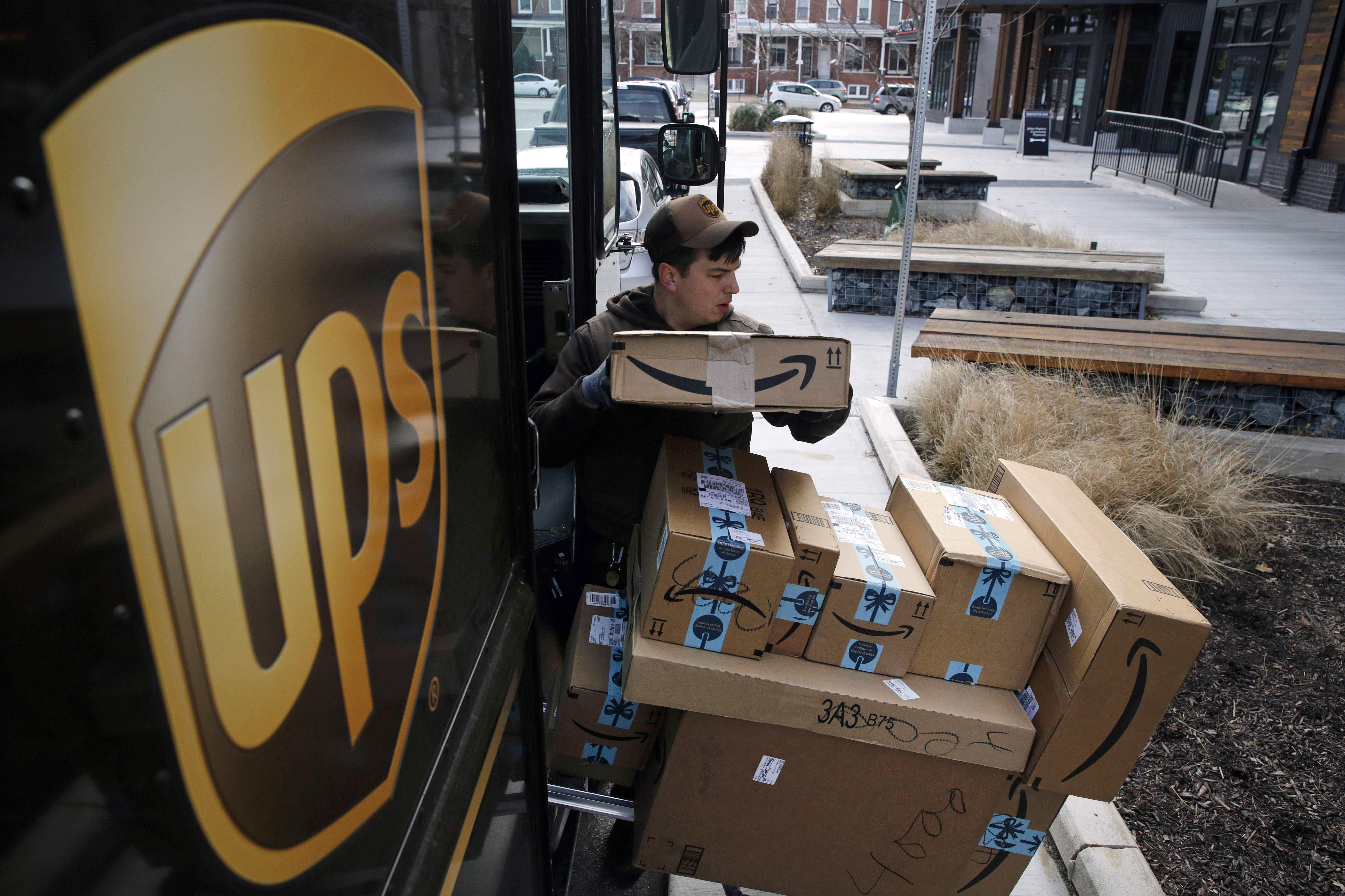 Ups Package Delivery Driver Pay >> Ups Plans To Hold Holiday Hiring Steady At About 100 000
