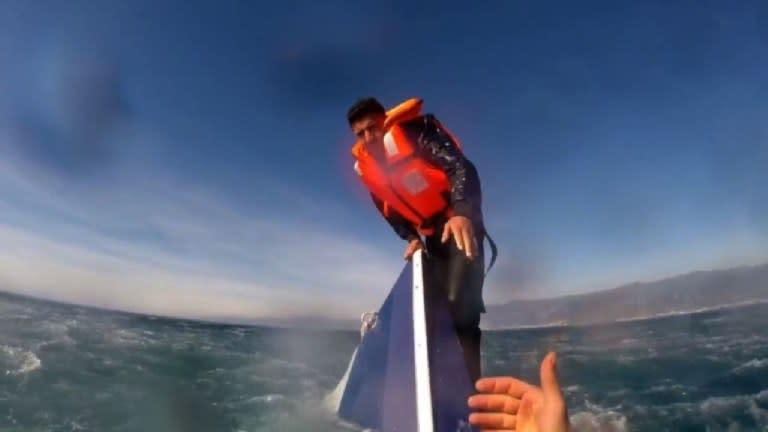 Salvan a refugiado a punto de hundirse en el mar