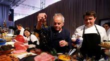 Chefe Wolfgang Puck prepara caviar e pó de ouro para banquete pós-Oscar