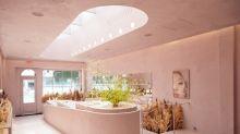 自然光灑落的 Glossier LA 新店舖實在太夢幻,說什麼都要去朝聖!