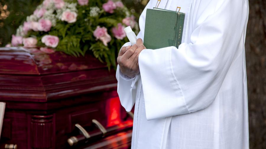 Denuncian a un cura que acusó a un joven que se suicidó de pecador durante su funeral