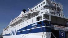 La nave che trasferirà i migranti fuori dall' isola lampedusana