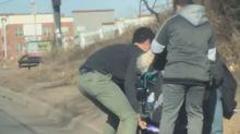 Mujer en silla de ruedas se queda atascada en camino de tierra