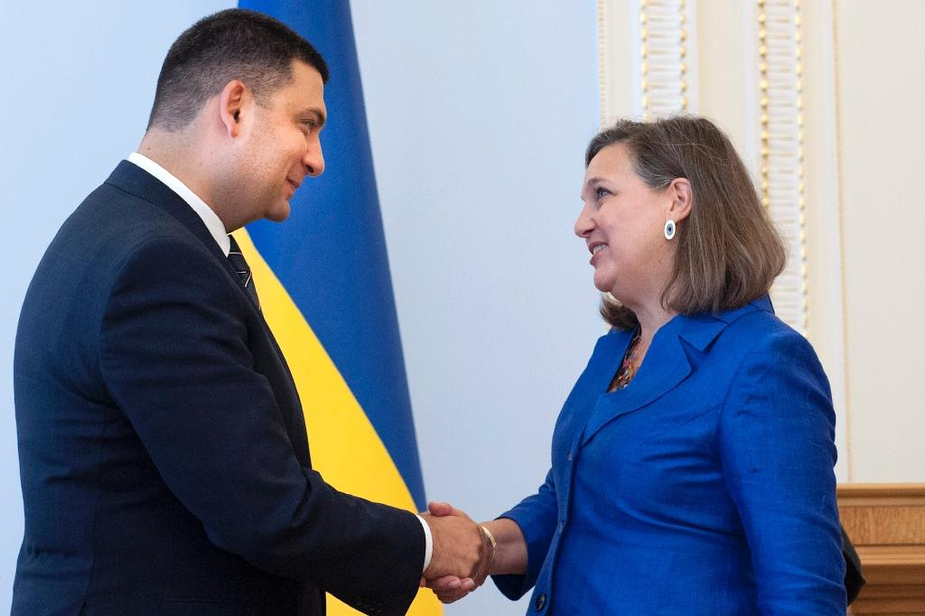 Ukrainian Parliament Speaker Volodymyr Groysman (L) greets Victoria Nuland, US assistant secretary of state for European and Eurasian affairs, during a meeting in Kiev on July 15, 2015 (AFP Photo/Anastasiya Syrotkyna)