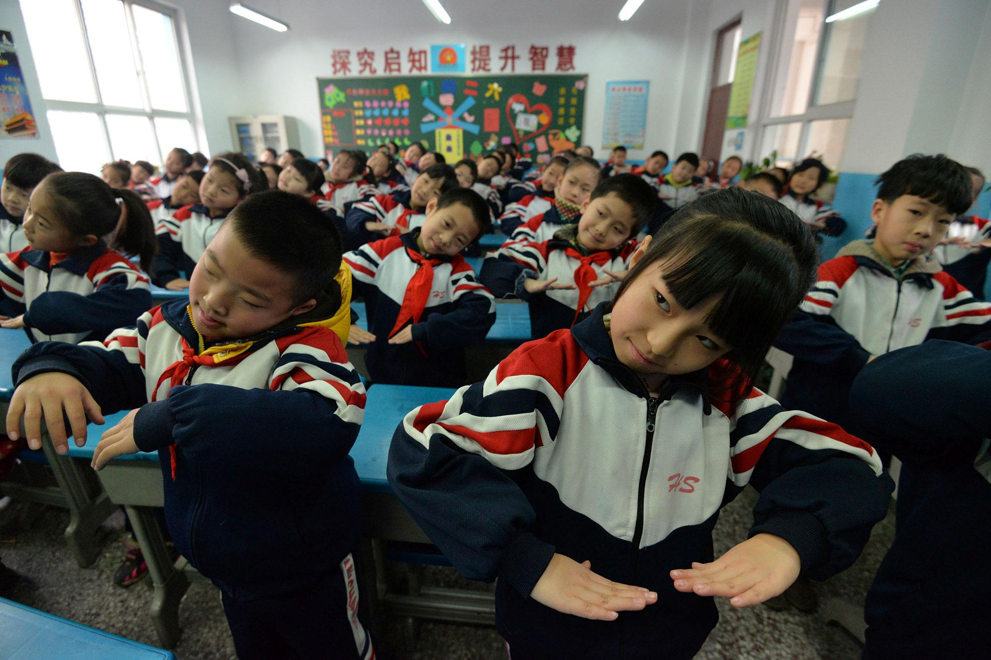 <p>Children exercise indoors during a polluted day in Handan, Hebei province, China on Dec. 19, 2016. (Photo: Stringer/Reuters) </p>