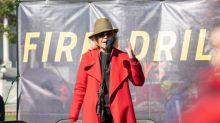 Warum Jane Fondas legendärer roter Mantel das letzte Kleidungsstück ist, das sie je kaufen wird