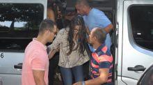 Acompanhada de Mayla, Emilly presta depoimento em Delegacia da Mulher no Rio