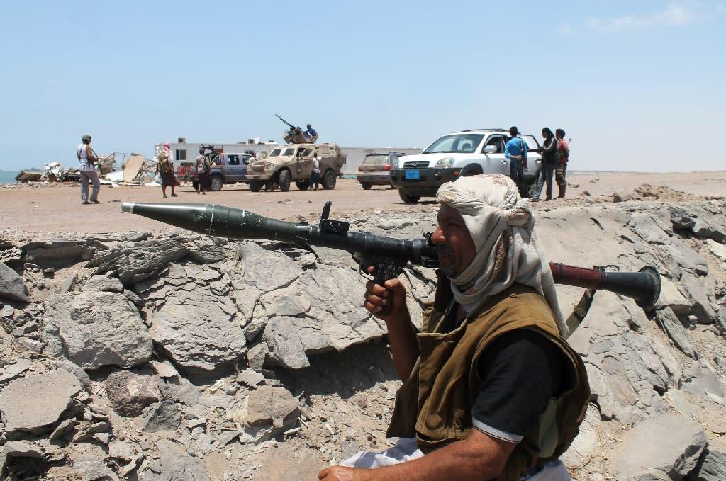 Armed militiamen loyal to Yemen's fugitive President Abderabbo Mansour Hadi prepare to launch attacks towards Shiite Huthi rebels in the area of Khor Maskar near the airport in the southern Yemeni city of Aden on April 20, 2014 (AFP Photo/Saleh al-Obeidi)