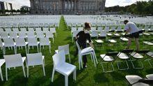 Protestaktion für Flüchtlingsaufnahme mit tausenden Stühle vor dem Reichstag
