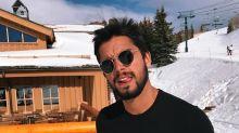 Quanto calor! Rodrigo Simas posa só de sunga na neve