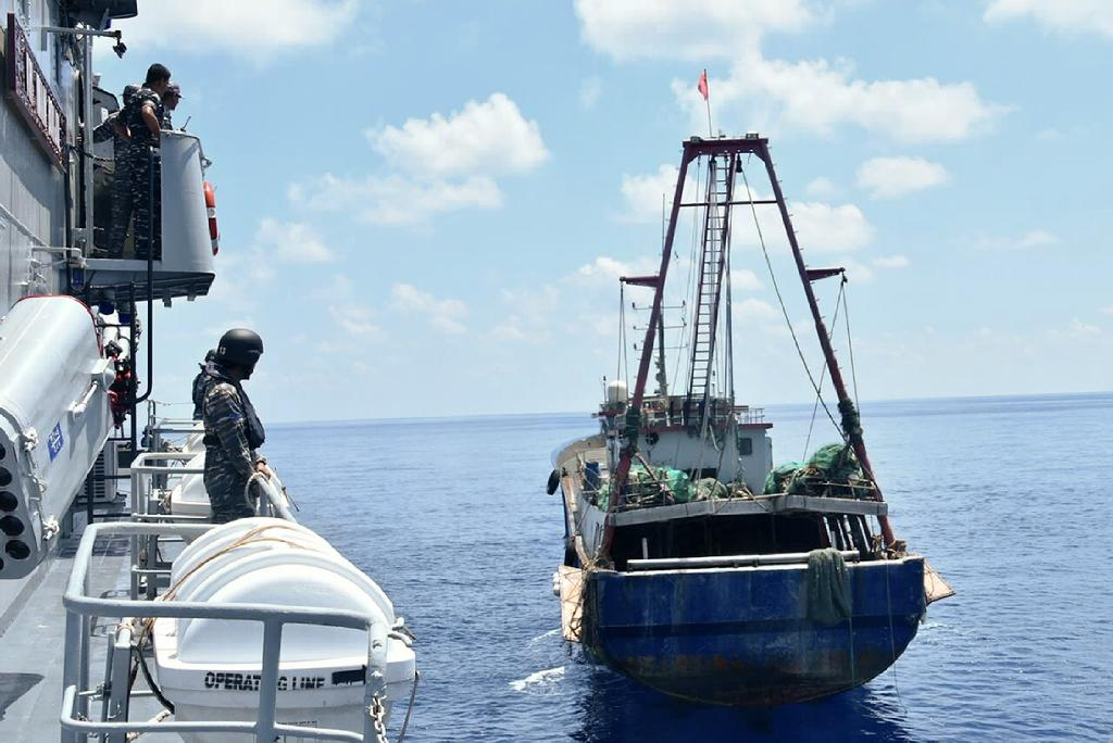 Indonesian War Ship KRI Imam Bonjol-363 approaches a Chinese fishing boat in Natuna water (AFP Photo/)