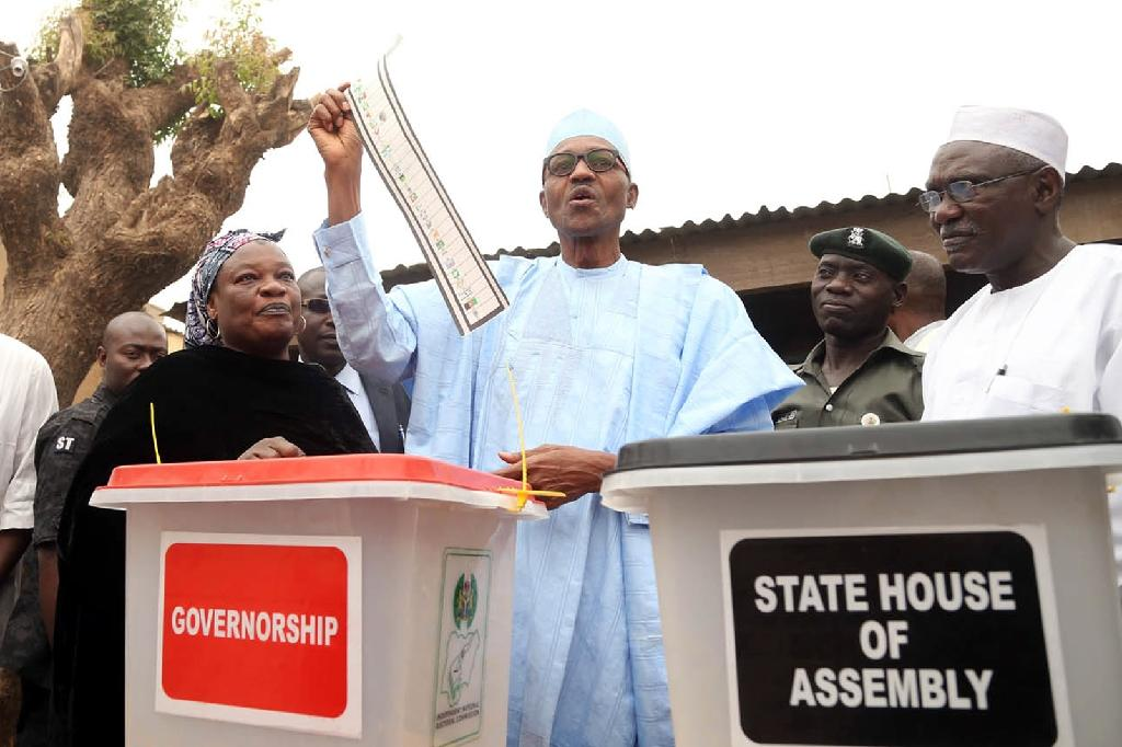 Handout picture released by the All Progressive Congress shows Nigeria's President-elect Muhammadu Buhari casting his vote for the Governorship and House of Assembly election in Daura, Katsina State, on April 11, 2015 (AFP Photo/Sunday Aghaeze)