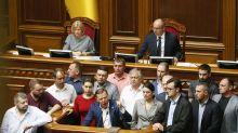 Parlamento de Ucrania propina duro golpe a nuevo presidente