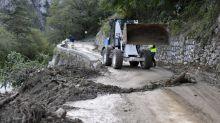 Intempéries : face aux routes coupées, l'interminable attente des secouristes