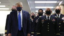 Trump usa mascarilla durante visita a hospital militar