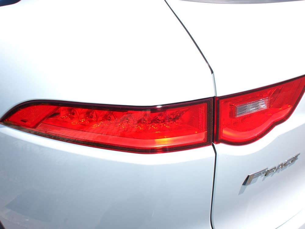 LED尾燈組內植導光條,造型宛如F-Type再現。
