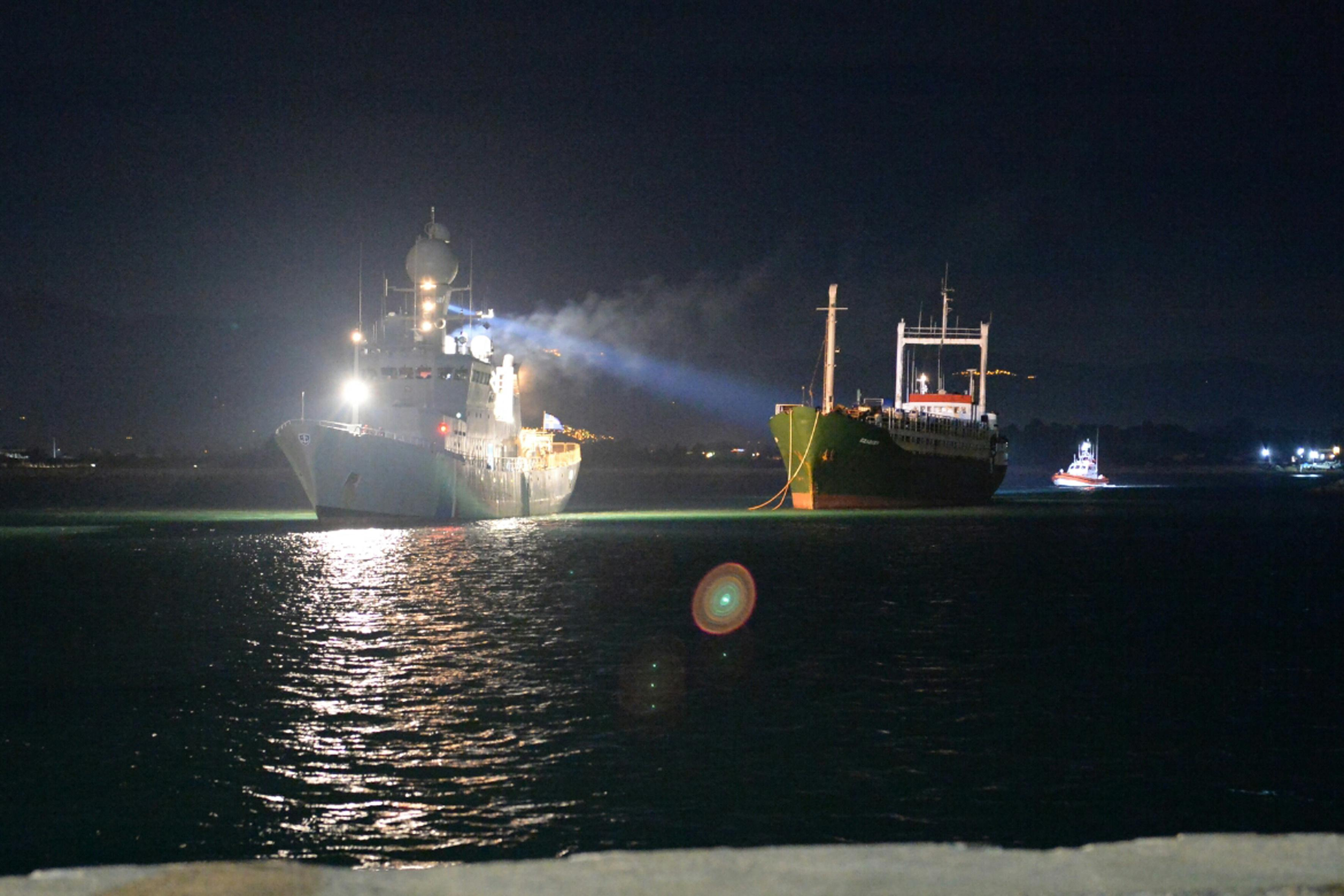 Icelander military ship Landhelgisgaeslan escorts the Ezadeen ship with some 500 Syrian would be immigrants at Corigliano harbour on January 2, 2015 (AFP Photo/Alfonso Di Vincenzo)