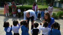 Príncipe William e Kate visitam escola para meninas no Paquistão