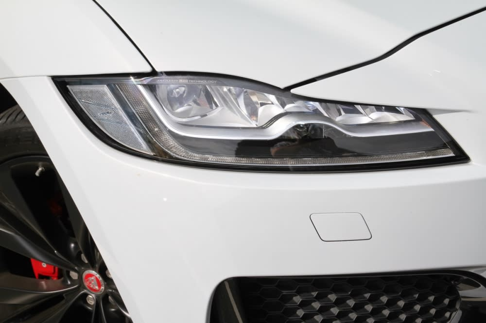 F-Pace S是全車系為一標配主動式全LED頭燈的車型
